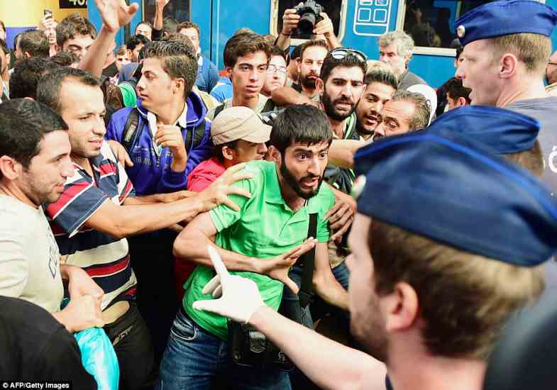 budapest2BDE51E000000578-3217584-Hundreds_of_angry_migrants_staged_protests_outside_a_Budapest_st-a-58_1441106121556