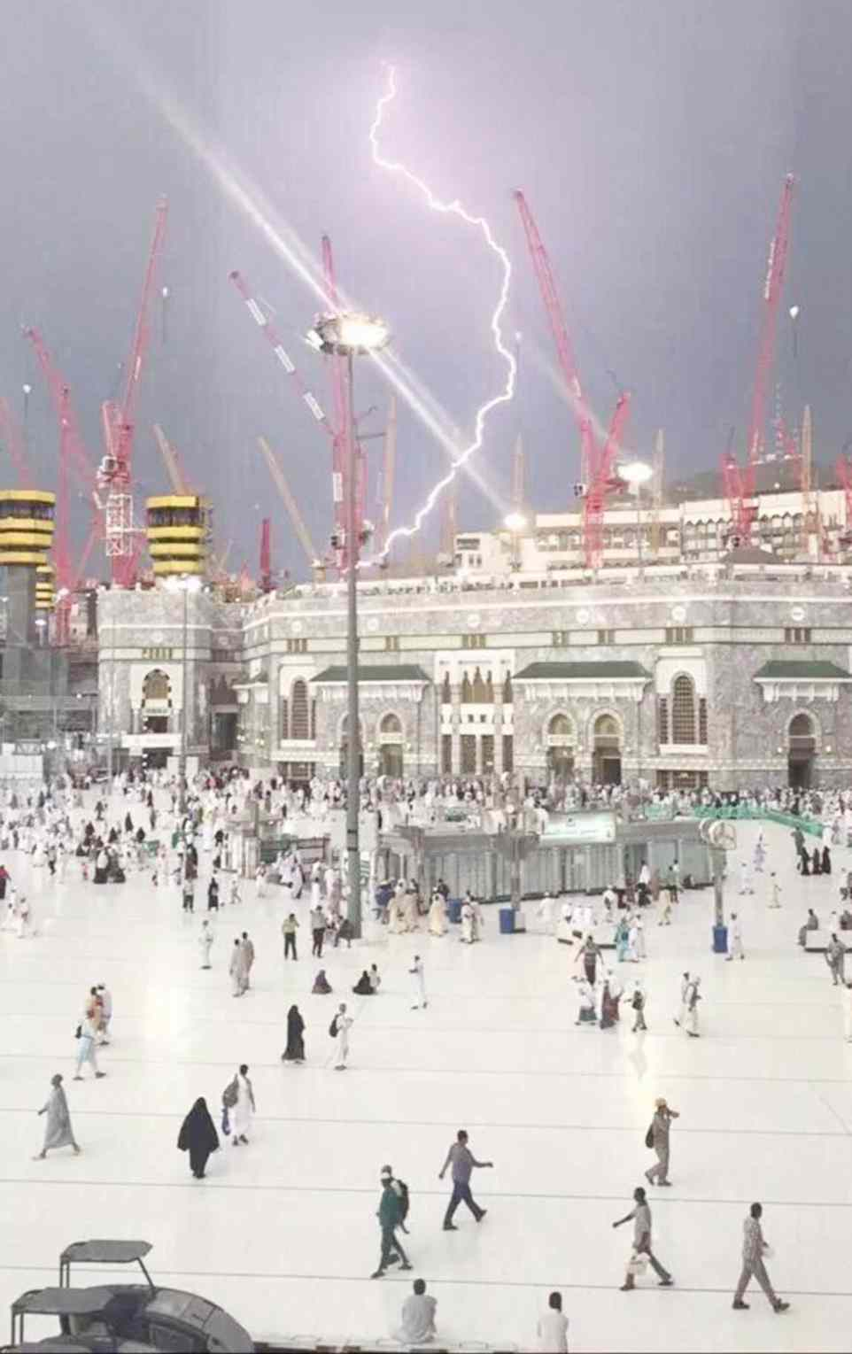 mecca2C31B11700000578-3231117-A_picture_captures_the_moment_that_the_fatal_crane_was_struck_by-a-42_1441993106448