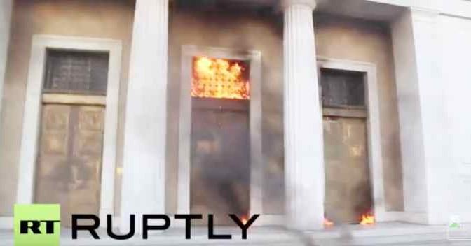 Atene in fiamme: folla assalta sedi governo, a fuoco – VIDEO