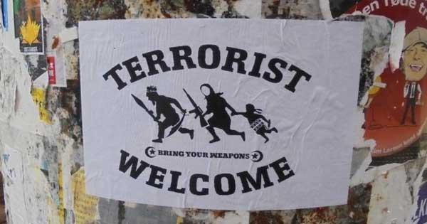 Centri sociali e islamici difendono terroristi e aggrediscono giornalista