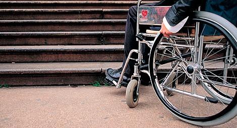 Romeni lo riducono in sedia a rotelle: liberi – VIDEO
