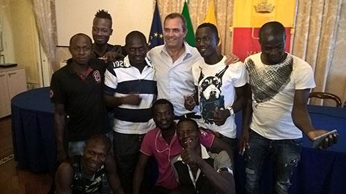 Napoli fuori controllo, ora l'abusivismo parla africano – VIDEO