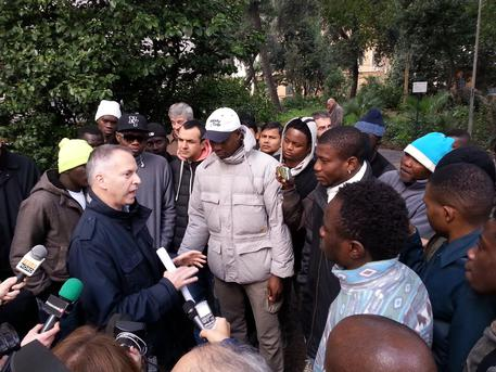 """Anziano aggredito da Africano, Autista a passeggeri: """"Non reagite o è razzismo"""""""