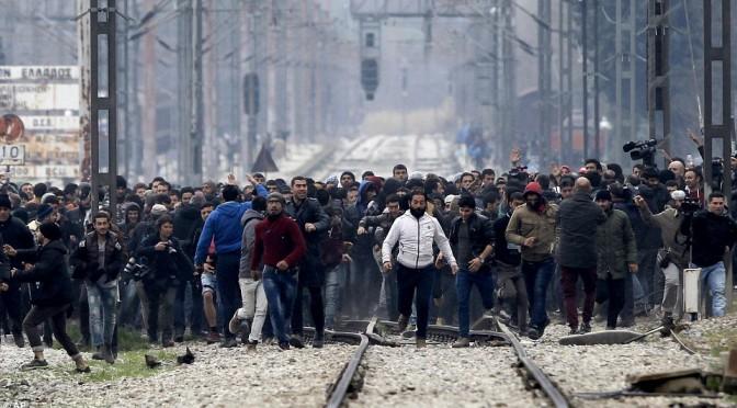 """Clandestini islamici bloccano ferrovia: """"Aprite frontiera immediatamente"""""""