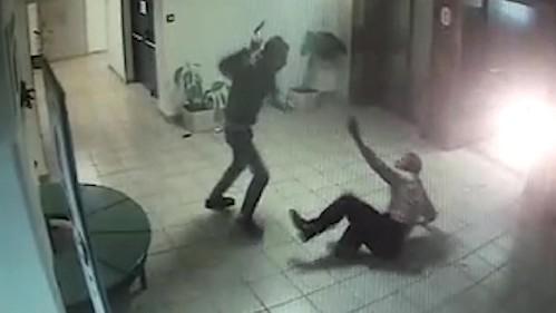 Assalito da islamico a colpi di mannaia in centro commerciale – VIDEO CHOC