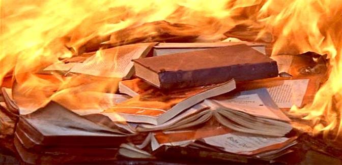 L'ultima trovata dei gay: bruciare i libri