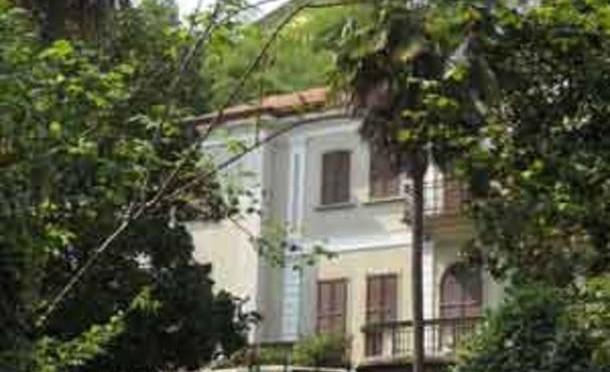 Lussuosa villa ospita 27 finti profughi: tutti maschi da Senegal, Pakistan e Nigeria