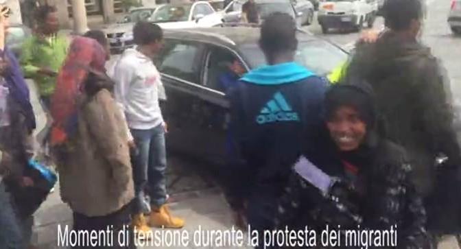 """Automobilisti in ostaggio dei profughi: """"Qui non si passa"""" – VIDEO"""