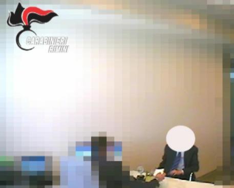Ex assessore PD filmato mentre prende mazzetta