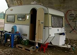Roma, famiglia italiana in roulotte a 100 metri da hotel dei profughi – VIDEO