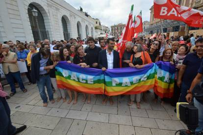 Sindaco Bari sfratta senzatetto italiani per fare posto a 'profughi'