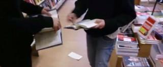"""L'ultima dei centri sociali: """"Strappare libri Salvini è libertà di espressione"""""""