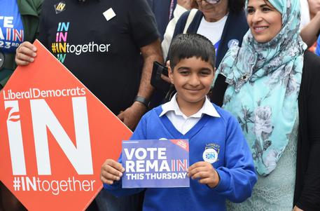 epa05384862 Remain supporters await the arrival of British Prime Minister, David Cameron outside of the Birmigham University, in Birmingham, Britain, 22 June 2016. Britons will vote on whether to remain in or leave the European Union (EU) in a referendum on 23 June 2016.  EPA/FACUNDO ARRIZABALAGA