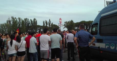 SESTO: 300 CINESI ASSALTANO AGENTI PER EVITARE CONTROLLI
