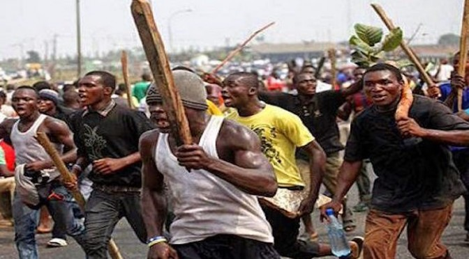 Nigeriani scatenati, pestaggio selvaggio – VIDEO