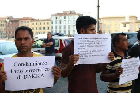 PD ridicolo: porta 20 bengalesi in piazza a condannare strage Dacca
