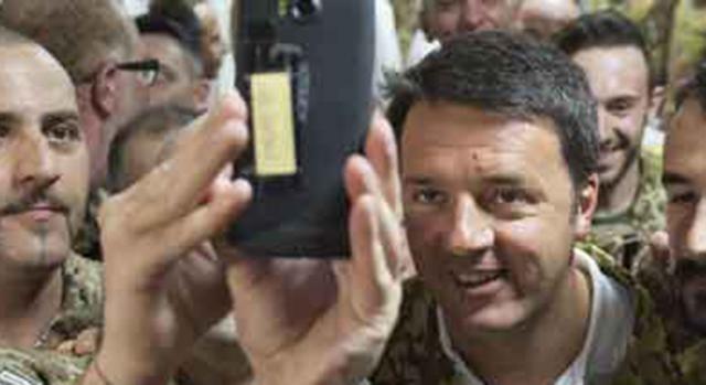 renzi-si-fa-i-selfie-con-i-militari_375053