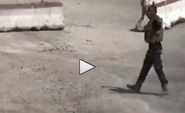 Soldato siriano si arrende, mani alzate: islamici lo uccidono – VIDEO CHOC