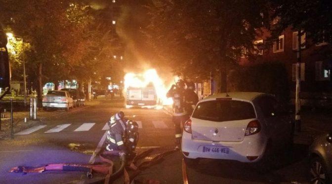 PARIGI: IMMIGRATI INCENDIANO BUS CON PASSEGGERI DENTRO