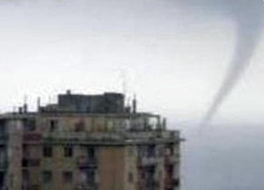 Mini tornado si abbatte su Genova – FOTO