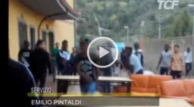"""Profughi vandalizzano struttura: """"Dove sono i soldi promessi?"""" – VIDEO CHOC"""