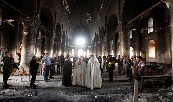 Islamici scatenati: tombe profanate, croci fatte a pezzi, chiese distrutte – VIDEO