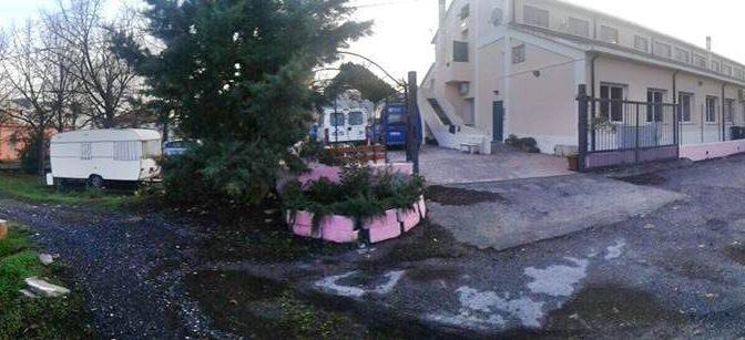 SFRATTATA VIVE IN CAMPER ACCANTO HOTEL PROFUGHI CARITAS – FOTO CHOC