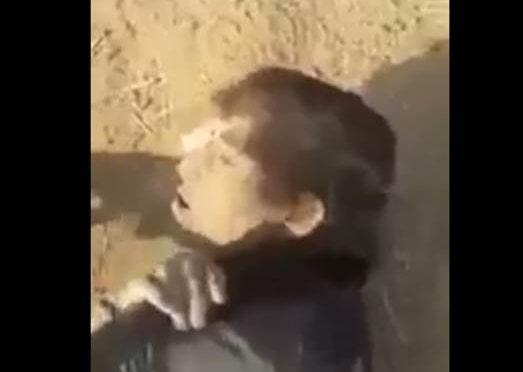 ISLAMICI GIUSTIZIANO BAMBINO SCHIACCIANDOLO SOTTO CARRO ARMATO – VIDEO CHOC