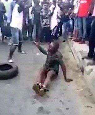 BIMBO RUBA MERENDINA: NIGERIANI LO DANNO ALLE FIAMME – VIDEO CHOC