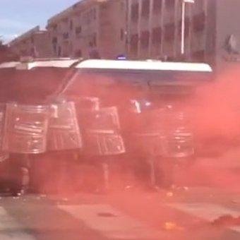 Napoli: guerra in-civile tra Renzi e centri sociali, uova e pietre contro agenti – VIDEO