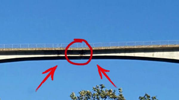 """Ponte di Celico, l'allarme: """"Sta crollando, abbiamo paura""""  – 2 VIDEO"""