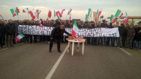 Natale in strada per 150 operai italiani licenziati
