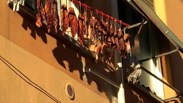 Nuove tradizioni a Roma, carcasse appese ai terrazzi ad essiccare – FOTO