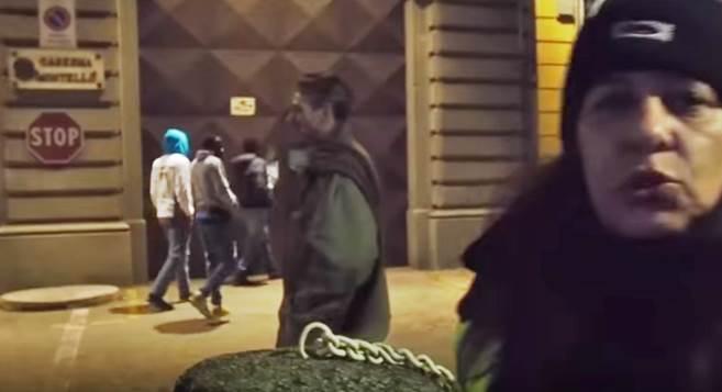 """SENZATETTO CHIEDONO OSPITALITA' IN CENTRO PROFUGHI: """"ANDATE VIA, SIETE ITALIANI"""" – VIDEO CHOC"""