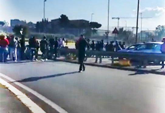 """Profughi bloccano auto e ambulanze, la folla: """"Passiamoci sopra"""" – VIDEO"""