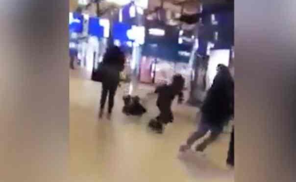 Calcio volante alle spalle durante shopping – VIDEO CHOC