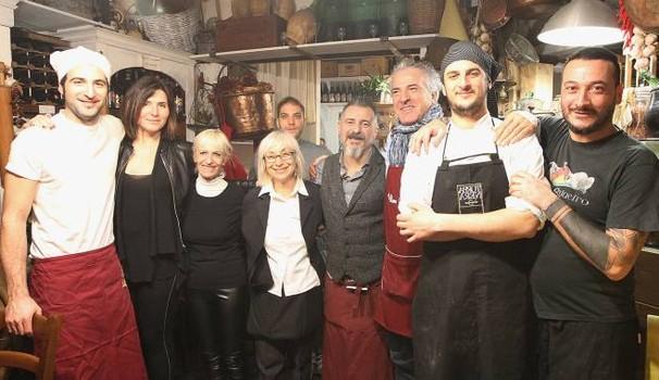 """Ristoratore offre pranzo di Natale ai poveri, """"ma solo se italiani"""""""