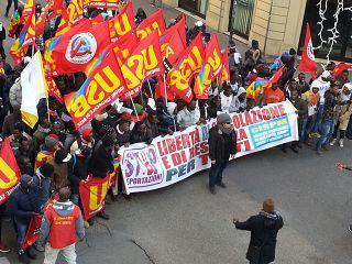 """Clandestini e Sindacati marciano su Firenze: """"Esigiamo lavoro per i migranti"""""""