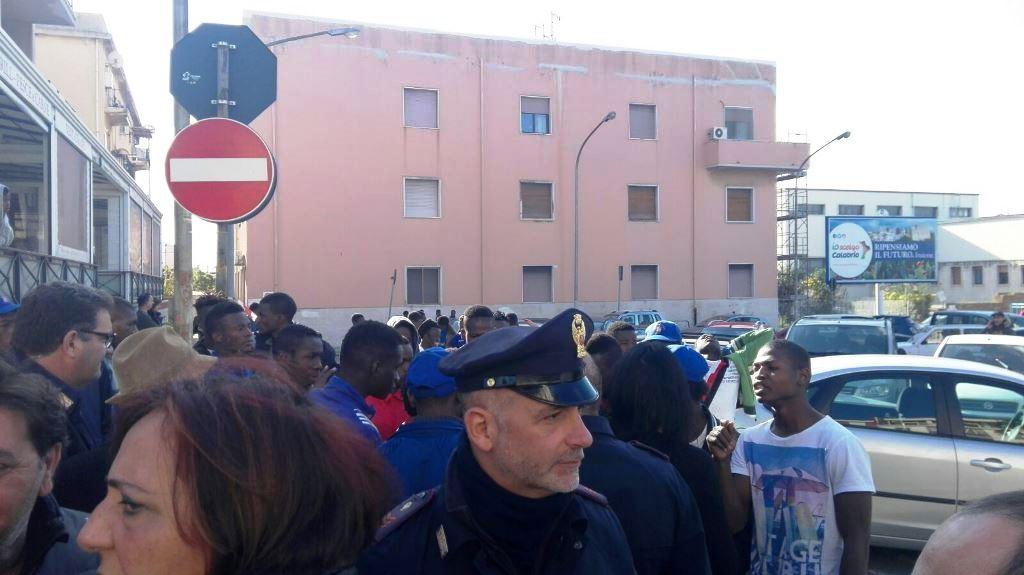 Profughi protestano davanti hotel plaza cibo fa schifo for Amaretti arredamenti villa san giovanni