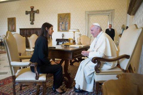 """Bergoglio scrive a Sindaci pro-invasione, Raggi esulta: """"Ha scritto anche a me"""""""
