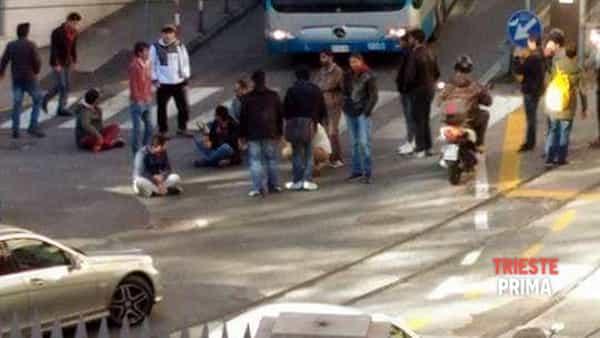 Mensa chiusa prima, profughi bloccano traffico – FOTO