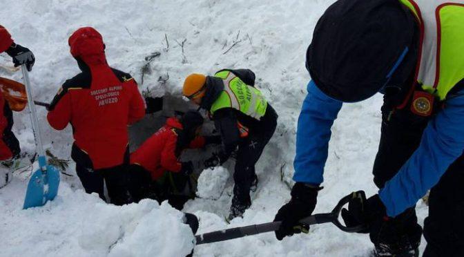 """Bufala del Fatto sui """"profughi che scavano a Rigopiano"""""""