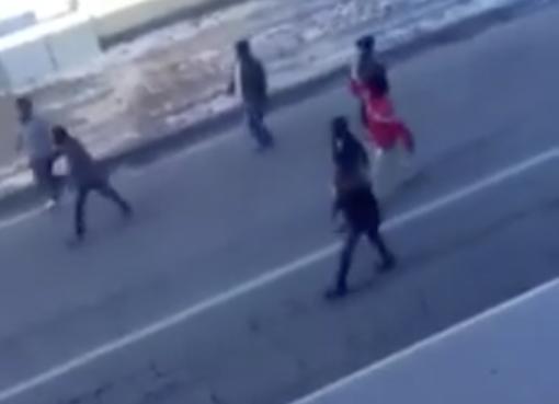 """PROFUGHI TERRORIZZANO PAESINO, MARCIANO INCONTROLLATI: """"ITALIA SCHIFO"""" – VIDEO"""