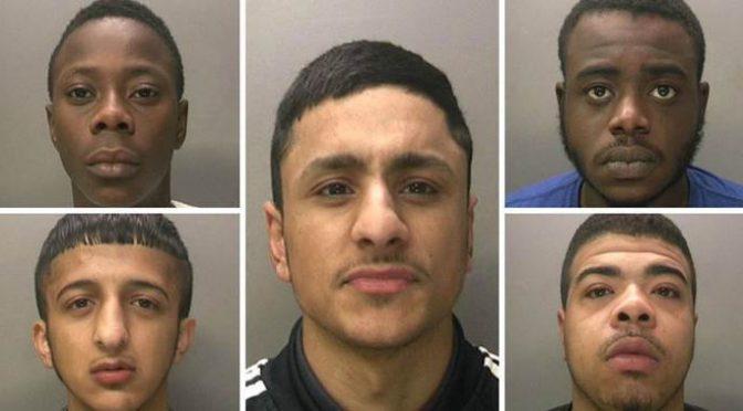 Questi 5 islamici hanno stuprato 18 ragazzine – FOTO