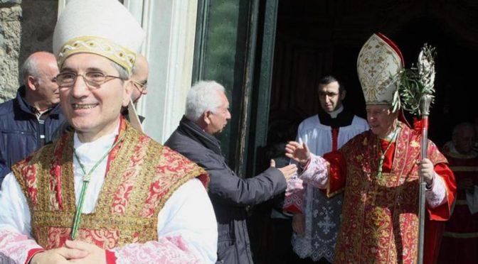 """Altro Prete a letto con i profughi, Vescovo: """"Continuare con accoglienza"""""""