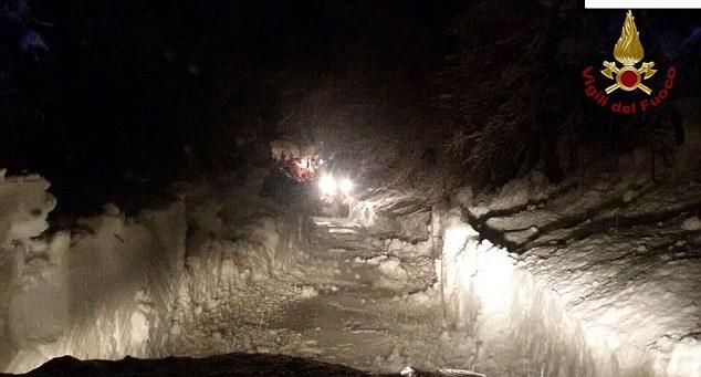 """Soccorritori bloccati da slavine a 7 chilometri da hotel Rigopiano: """"Stiamo morendo di freddo"""""""