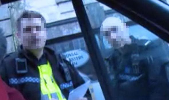 """Fermati da agenti perché sventolano bandiera inglese in Inghilterra: """"Può turbare i 'locali'…"""" – VIDEO"""