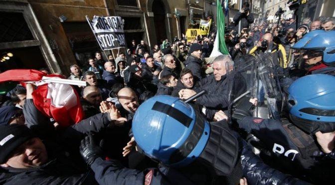 """TAXI, ASSALTO A SEDE PD E APPELLO A POLIZIOTTI:  """"Levatevi i caschi e venite con noi"""" – VIDEO"""