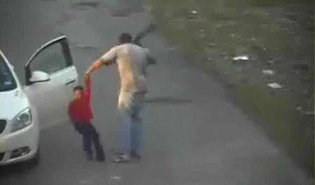 Bimbo frustato per strada da fidanzato madre – VIDEO CHOC