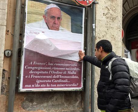 Roma: Comune censura manifesti anti-Bergoglio – FOTO